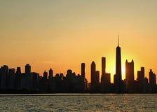 Abendsonnenuntergang über Chicago silhouettiert die Skyline, wie vom Michigansee gesehen stockfotos