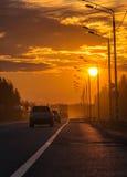 Abendsonnenuntergang auf der Straße Stockbilder