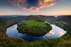Abendsonnenuntergang an der Kehre, die Moldau-Fluss, Tschechische Republik Abendlandschaft mit Fluss Große tschechische Pferdesch Lizenzfreies Stockfoto