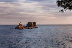 Abendsonnenunterganglandschaft mit Inseln auf adriatischer Seeküste Lizenzfreie Stockfotografie
