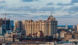 Abendsonnenuntergangstadtbild von der Dachspitze in Voronezh, Ansicht zum neuen modernen architectu Stockfoto