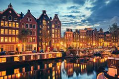 Abendstadt Amsterdam in den Niederlanden auf Bank stockfotografie