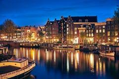 Abendstadt Amsterdam in den Niederlanden auf Bank stockbilder