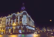 Abendstadt mit Dekorationen des neuen Jahres und des Weihnachten, Sänger Company House 1902 auf Nevsky-Aussicht St Petersburg Rus Stockbild