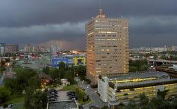 Abendstadt während eines Gewitters Lizenzfreie Stockbilder