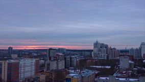 Abendstadt in Winter timelapse Abendstadt in der Winteransicht von Dach timelapse Panoramablick auf der Stadt und den Dächern Lizenzfreie Stockfotos