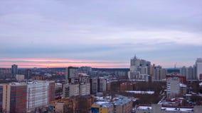 Abendstadt in Winter timelapse Abendstadt in der Winteransicht von Dach timelapse Panoramablick auf der Stadt und den Dächern Lizenzfreies Stockbild
