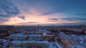 Abendstadt in Winter timelapse Abendstadt in der Winteransicht von Dach timelapse Panoramablick auf der Stadt und den Dächern Stockbilder