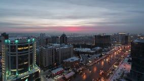 Abendstadtansicht über den Sonnenunterganghintergrund stock footage