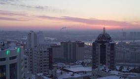 Abendstadtansicht über den Sonnenunterganghintergrund stock video footage