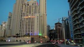 Abendstadtverkehr in Dubai, Vereinigte Arabische Emirate stock video footage