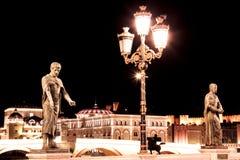 Abendstraßen und -monumente in Skopje, Mazedonien stockbilder