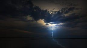 Abendsturm über See im abgelegenen wilden Bereich Lizenzfreies Stockfoto