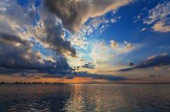 Abendsturm über Wasserscheide und drastischem Himmel Lizenzfreies Stockfoto