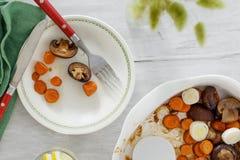 Abendtisch backte gesundes veget Lebensmittel der Draufsicht der Karottenpilze Stockfoto