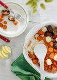Abendtisch backte gesundes veget Lebensmittel der Draufsicht der Karottenpilze Stockbild