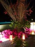 Abendtisch-Blumenanordnung mit Kerzen lizenzfreies stockbild