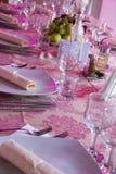 Abendtisch an der Hochzeit im Purpur Stockfotos
