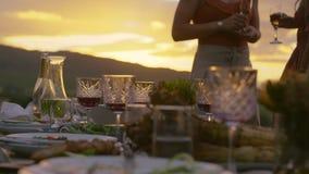 Abendtisch an der Partei im Yard stock footage