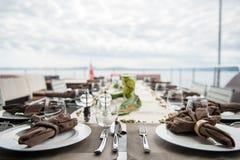 Abendtisch durch Meer Stockfoto