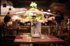 Abendtisch an einem rustikalen und fantastischen Restaurant stockfoto