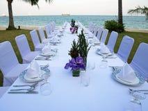 Abendtisch eingestellt für privates Abendessen Lizenzfreies Stockfoto