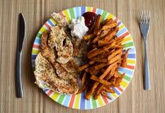 Abendtisch mit buntem Teller mit der Hühnerbrust und den Süßkartoffeln lizenzfreie stockfotos