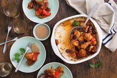Abendtisch mit der gebackenen Hühnerbrust mit Gemüse und Wein Lizenzfreies Stockbild