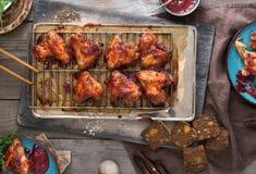 Abendtisch mit Hühnerflügeln in der Preiselbeersoße Lizenzfreie Stockfotos