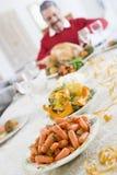 Abendtisch mit Weihnachtstellern Stockfotos
