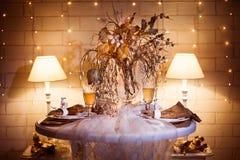 Abendtisch sarved für zwei Leute, die in der Winterart verziert wurden Stockfoto