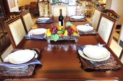 Abendtisch, Stühle und Einstellungen. Stockfoto