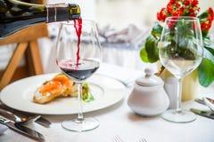 Abendtisch und der Wein Stockfotos