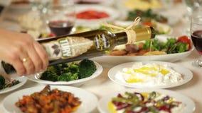 Abendtisch und Mittelmeernahrungsmittel stock footage