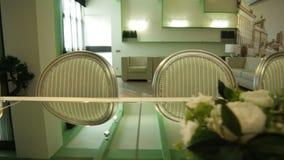 Abendtisch und Stühle im modernen Innenraum stock footage