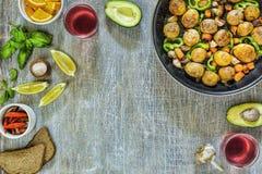 Abendtisch, vegetarisches Abendessen, Rotwein, köstliches Mittagessen stockfoto
