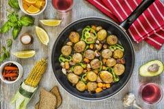 Abendtisch, vegetarisches Abendessen, Rotwein, köstliches Mittagessen lizenzfreie stockbilder