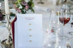 Abendtisch-Wein glas leuchten Titeltext hochzeitsmenu Übersetzung Hochzeitsmenü Copyspace brennenden Karte Ereignisses deutsches  Lizenzfreies Stockbild
