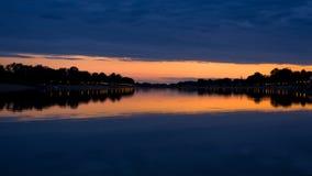 Abendwolken und seine Reflexion in einem See Ada, Belgrad Stockfoto