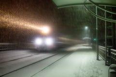 Abendzug kommt zu Station schneefälle Stockbilder