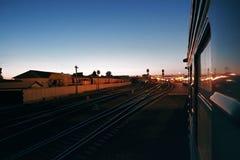 Abendzug trägt Bahnhof, Zugankunft ein Lizenzfreies Stockbild