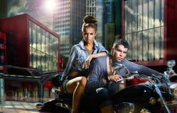 abenteuer Ein Paar, das ein Motorrad reitet Stockfotos