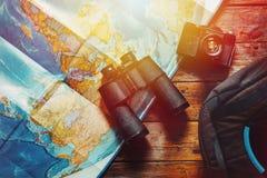 Abenteuer-Entdeckungs-Pfadfinder Journey Concept Retro- Film-Kamera, Karte, Rucksack und Ferngläser auf Holztisch, Draufsicht lizenzfreies stockfoto