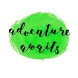Abenteuer erwartet Bürsten-Beschriftung Stockbilder