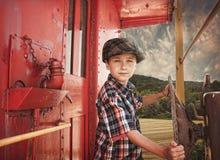Abenteuer-Junge, der Lokomotive im Land fährt Lizenzfreies Stockbild