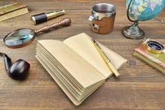 Abenteuer oder Reise-oder Expeditions-Einzelteile auf Holztisch Lizenzfreies Stockbild