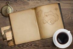 Abenteuer- und Reiseseethema Tagebuch mit Lizenzfreie Stockbilder