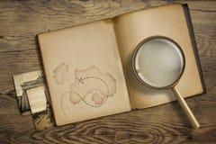Abenteuer- und Reisethema Tagebuch mit dem Vergrößern Stockfotos