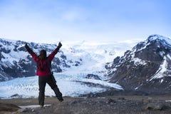 Abenteuerfrau durch Gletschernatur auf Island Tourist in Island lizenzfreies stockbild