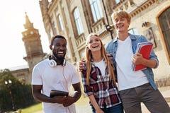 Abenteuerliche motivierte Studenten, die glücklich schauen lizenzfreies stockfoto